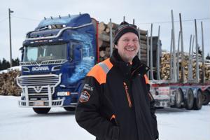 Jari Nikunen tietää lähes kolmenkymmenen vuoden puuautoyrittäjän kokemuksella pitkien pakkasten olevan metsäalalla hyvä keli. Nollakelin liukkaiden kanssa on enemmän haasteita.