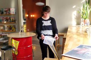 Nauhapirta on kätevä, mukana kannettava kutomisväline. Anna Nordström näyttää mallia.