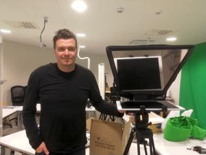 Mathias Nylund suunnittelee leipätyökseen uusia oppimistekniikoita. Videot, netti ja prompterit kuuluvat työkaluihin.