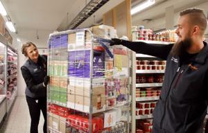 K-Market Mutin uudet kauppiaat Jenni Härmä ja Tomi Pääkkö viettävät liikkeensä virallisia avajaisia 23. maaliskuuta. Kuorman purku on osa arkista aherrusta.