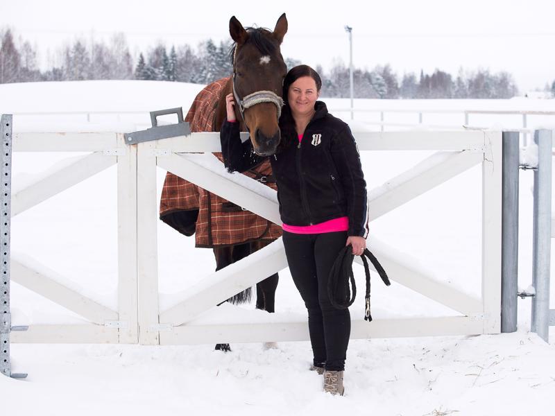 Ulla Kiljala ostaa hevosensa Virosta, sillä sieltä hän on löytänyt hyvän välittäjän. -Kaikki hevoseni ovat isoja, kuten tämä Utopiakin, sillä asiakkaani ovat pääasiassa aikuisia.