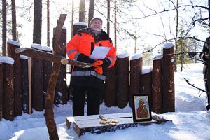 Piispa Samuel Salmi vihki Aakonvuoren Metsäkirkon yllään  hieman tavallisuudesta poikkeava asu.
