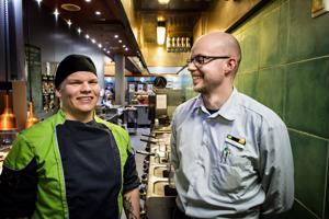 Jere Juntunen opiskelee oppisopimuksella, työhön opastajana toimii liikennemyymäläpäällikkö Juha Puskala.
