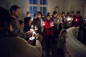 Kymmeniä turvapaikanhakijoita osallistui jumalanpalvelukseen Tampereella loppuvuodesta 2015.