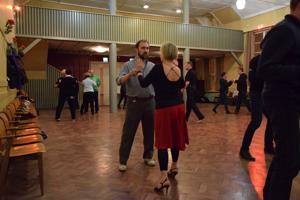Argentiinalaisen tangon opettajan Jarkko Peltolan intensiivinen ja omistautunut opetus alkoi kuuntelemalla musiikin rytmiä, ennen kuin siirryttiin lattialle harjoittelemaan tanssiasentoa ja kannatusta, viemistä ja seuraamista.