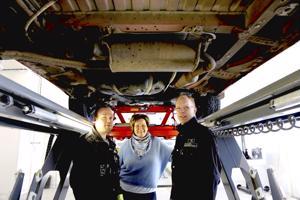 Uudessa katsastushallissa ei tarvitse laskeutua monttuun auton alle päästäkseen. Kuvassa yrittäjät Tero Palola, Tarja Uusitalo ja Ville Pakkala.