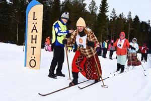 Maarit Aalto lähti matkaan Matti Ritolalan valmistamilla haapavetisillä. Sijoitus oli hamesarjan kakkonen. Tuuli kirpeä, joten turhaan ei emäntäväellä ollut hameitten alla toppahousuja.