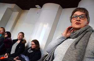 Opettaja Pirkko Autio kertoi, että Rahkolan koulun opettajat katselevat jo muualta työpaikkoja turvatakseen terveyden.