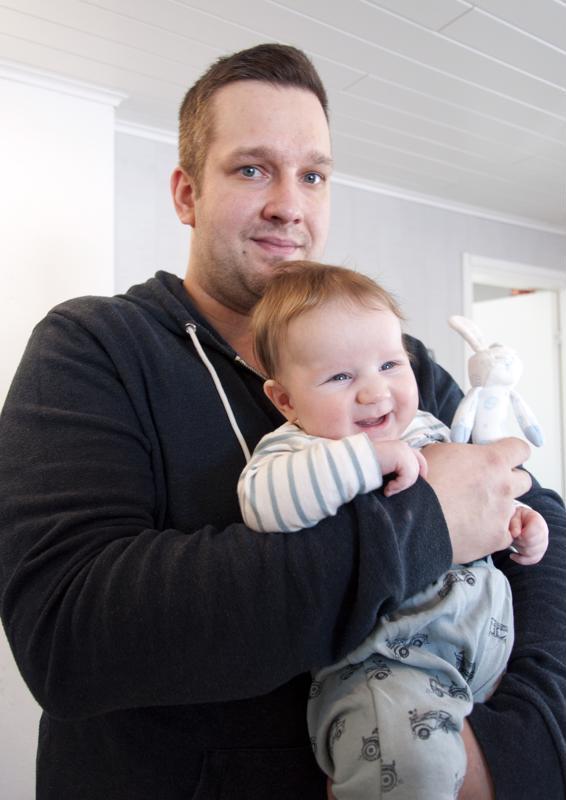 Aurinkoinen Verne-poika on tyytyväinen kun isä Joona on palannut reissutöistä kotiin.