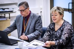 Kokkolan kaupungin talousjohtaja Jari Saarinen ja kaupunginjohtaja Stina Mattila esittelivät tyytyväisenä vuoden 2017 tilinpäätöstä.