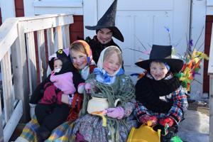 Ritvosen perheen trullit Ella sylissään pienin sisko Enia ja vieressään Erin, ja pääsiäisvelhot Eeti ja Eino (oik.) ovat lähdössä ilahduttamaan sukulaisia ja ystäviä.