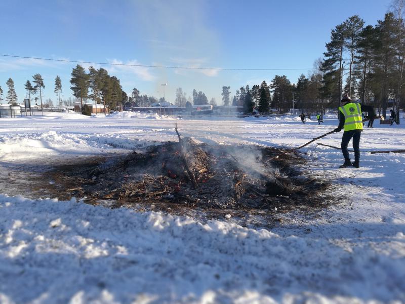 Lionsien kokko Vetelissä paloi puolessa tunnissa.