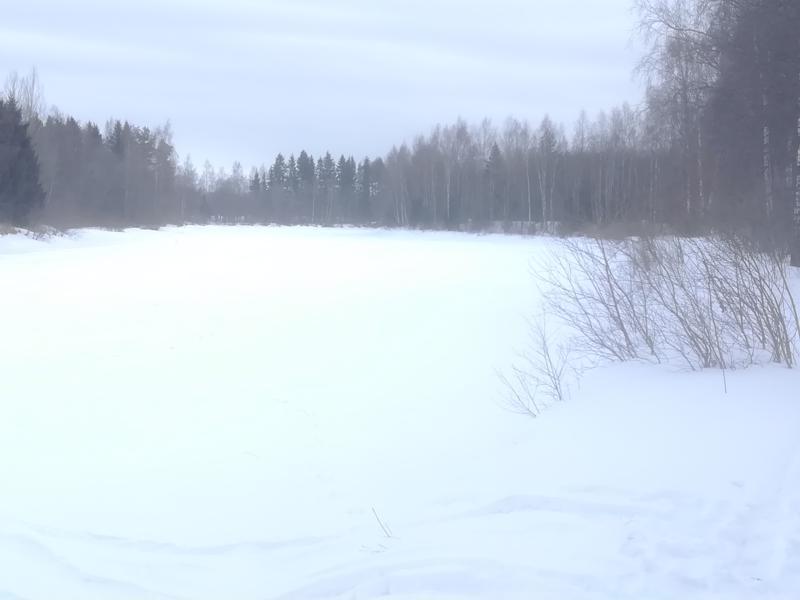 Perhonjoki uinuu vielä lumivaipan alla. Jäiden lähdöstä ei näy jälkeäkään.