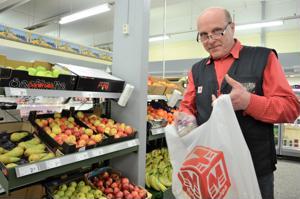 M-Market Passelin kauppias Seppo Kiviaho aikoo ensimmäiset viikot kuljettaa ostokset itse Soiten kauppakassipalvelun asiakkaille.