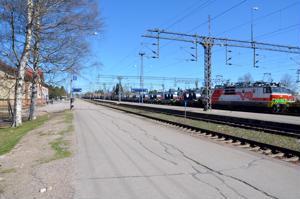 Ylivieskan rautatieasemalla oli viime kesänä lähellä tapahtua ratatyökoneen ja matkustajajunan yhteentörmäys.