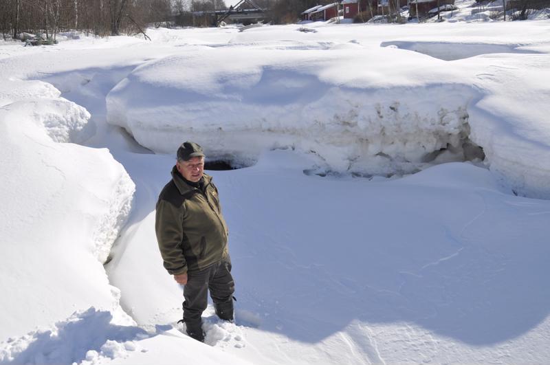 Martti Penttilä toivoo, etteivät Lestijoen jäät tökkää Raumankosken alapuolelle. Joessa on nyt paksusti jäätä.