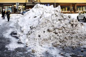 Kevät alkaa nyt sulattaa lumikasoja.