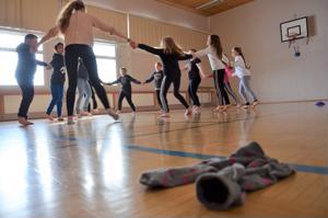 Vetelin Ylipään koulun oppilaat oppivat viime viikon Perinnepolulla  muun muassa tikkahippaa ja kansantanssia.