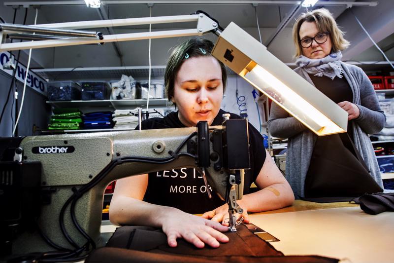 Jeanette Kurtén työskentelee ompelupajalla työvalmentaja Pauliina Yrjänän ohjauksessa.