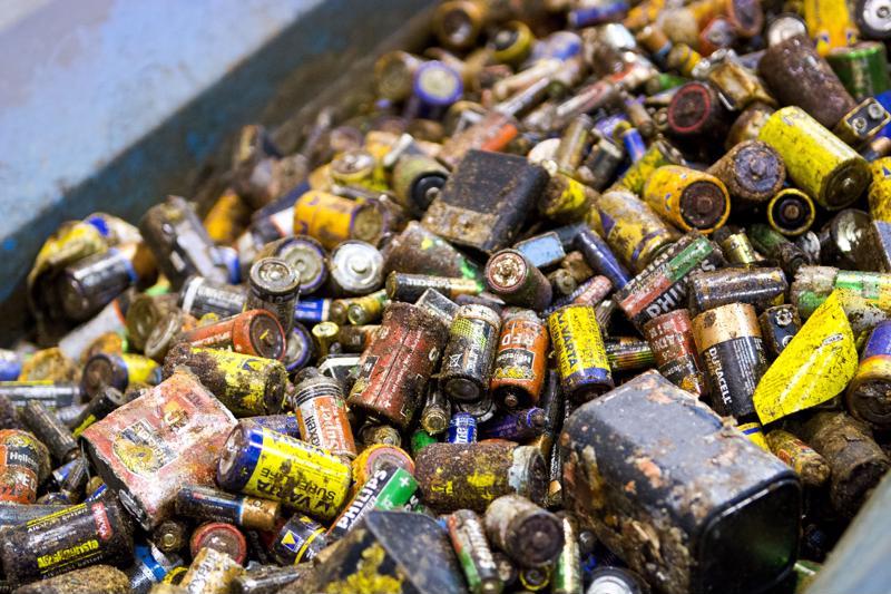 Paristoja ei saa missään nimessä heittää roskiin. Sekajätteen polttoprosessit eivät kestä suuria määriä metallipitoista jätettä ja ne ovat roskiksessa tulipaloriski.