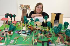 Unelmien koulupiha. Kannuksen kaupungin palveluohjaaja Katri Kykyri on koonnut Galleria Justukseen koululaisten näyttelyn toiveiden kouluympäristöstä. Etualalla Roikolan oppilaiden yhdessä kokoama pienoismalli.