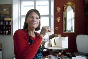 Kulta on Riikka Pitkäsen mielestä kiehtova materiaali, niin loistonsa ja ominaisuuksiensa kuin sen historiansakin puolesta.