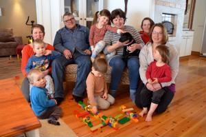 Palkitut. Nybackan perhe on saanut kunniamaininnan työstään Vesaisten parissa. Nojatuoleissa Vesa ja Seija Nybacka, vasemmalla Tuija Korpela sekä lapset Vili ja Saku, oikealla Hanna Salmén sylissään Seela, kuvassa keskellä Senja ja Santtu sekä Hannan takana Aili-Mari Nybacka.