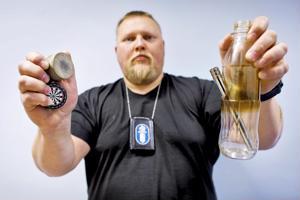 Vanhempi konstaapeli Juha Puurula on yksi alueellisen vanhempainillan puhujista. Kädessä hänellä on huumeiden käyttöön liittyviä tarvikkeita.