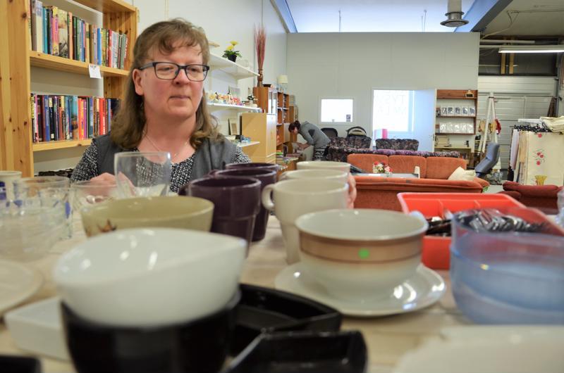 Kokkotyö-säätiön kierrätysmyymälä sai Perhosta uudet tilat. Työhönohjaaja Katriina Poranen on tyytyväinen muutokseen.