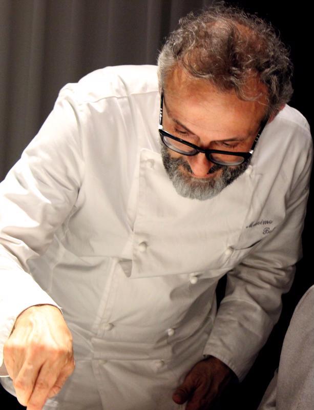 Massimo Bottura luotsaa kolmen Michelin-tähden ravintolaa kotikaupungissaan Modenassa, Keski-Italiassa.