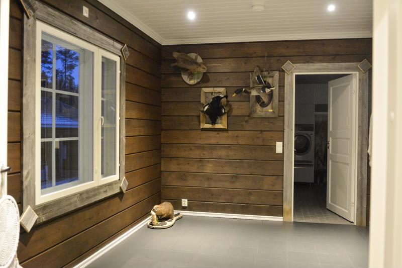 Pariskunnan metsästysharrastus näkyy talon sisustuksessa.