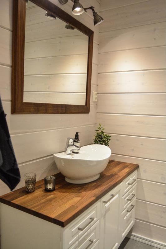 Grundvall on viimeistellyt alakerran wc-tilan itse tekemällään peilillä ja tasolla.