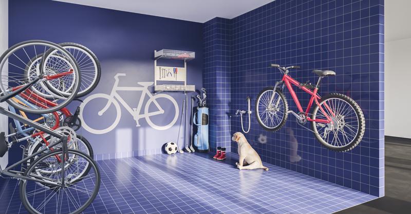 Havainnekuva nykyaikaisesta pyörävarastosta, jossa voi pyörien säilytyksen ja huollon ohella muun muassa huuhdella koiran kuratassut.