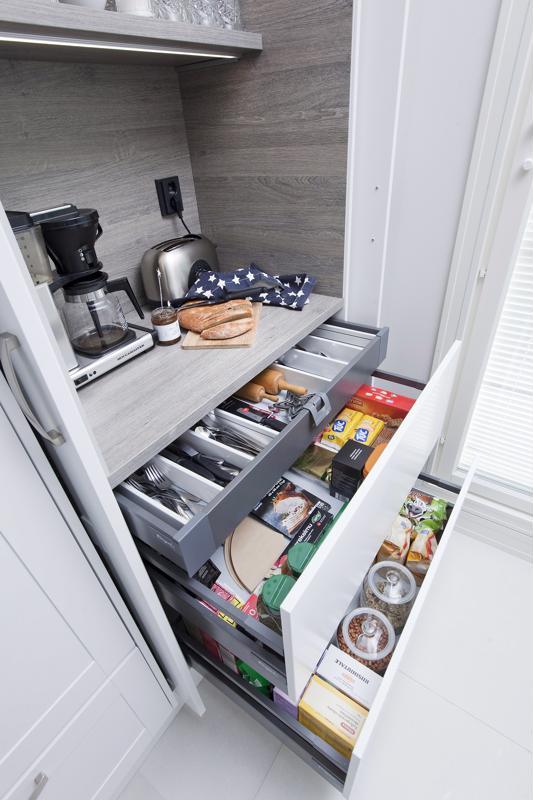 Kolmiportaisessa laatikossa ovat murot ja puurot, myslit ja pähkinät ynnä muut aamiaisella nautittavat ruuat.