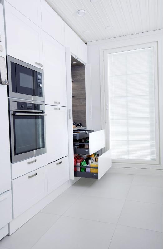 Aamiaiskaappi sulautuu keittiön valkoiseen kaappirivistöön. Kun tavarat ovat piilossa, keittiö näyttää aina siiistiltä.