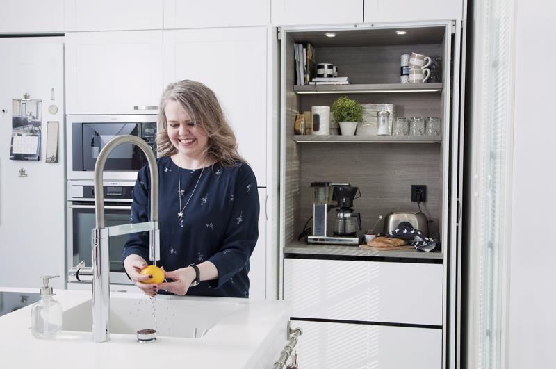 Ylöjärveläisen Sari Karvosen uuteen kotiin rakennettiin aamiaiskaappi. Sinne piiloutuvat aamiaisella tarvittavat pienkodinkoneet, pussit ja purnukat.