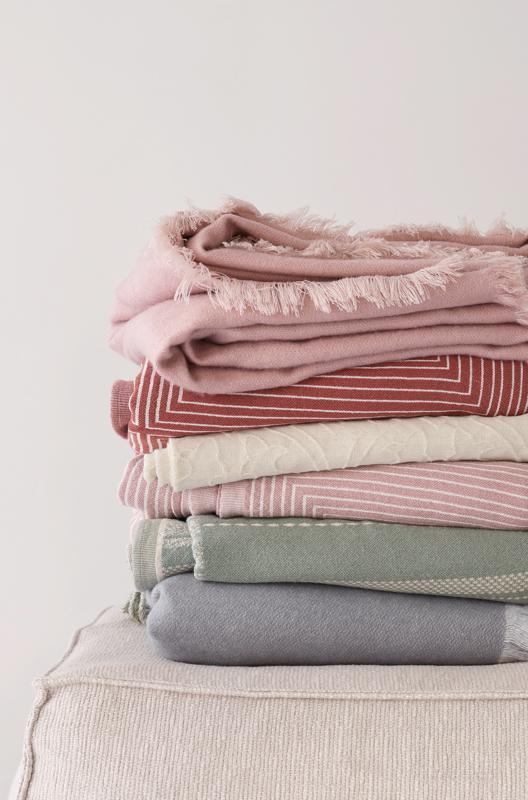 Punaisen eri sävyt ovat kevään sisustuksen kulmakivi. Trendisävyjä on helppo kokeilla esimerkiksi tekstiileissä.