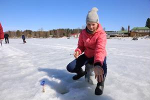 Kilpailu motivoi 14-vuotiasta Roosa Lempiälää pilkkimään. Järvestä nousi kisan aikana sintti minuutissa.