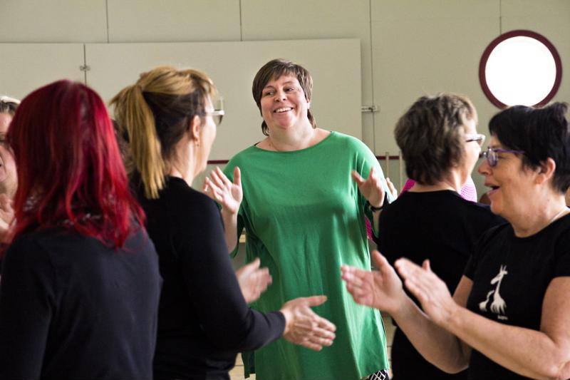 Plassin teatteritalolla kohennettiin hyvinvointia naurujoogan avulla ja kerättiin varoja kehitysmaiden naisten koulutukseen. Joogahetken vetäjä, hyvinvointivalmentaja Mari Paavola kuvassa keskellä.