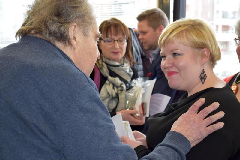 Kotiseutuneuvos Kyösti Niinikoski toivotti ministeri Saarikolle onnea ja menestystä tämän vieraillessa Haapajärvellä.