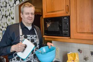 Leipomista vapaa-ajallaan harrastavan Mikael Krokin käsissä valmistuvat niin suolaiset kuin makeatkin kakut.
