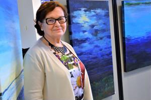 Eeva Takala-Lähteenmaa on tuonut akryylimaalauksiaan ensi kertaa esille synnyinkuntansa Vetelin kirjastoon.