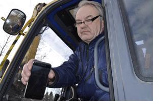Kokkolalainen Kai Kiiskilä esittelee kännykkäkamerakuvaa syvistä raiteista, jotka kelirikkoista Hepo-Ventuksentietä täydessä lastissa ajanut puutavararekka sai aikaan.