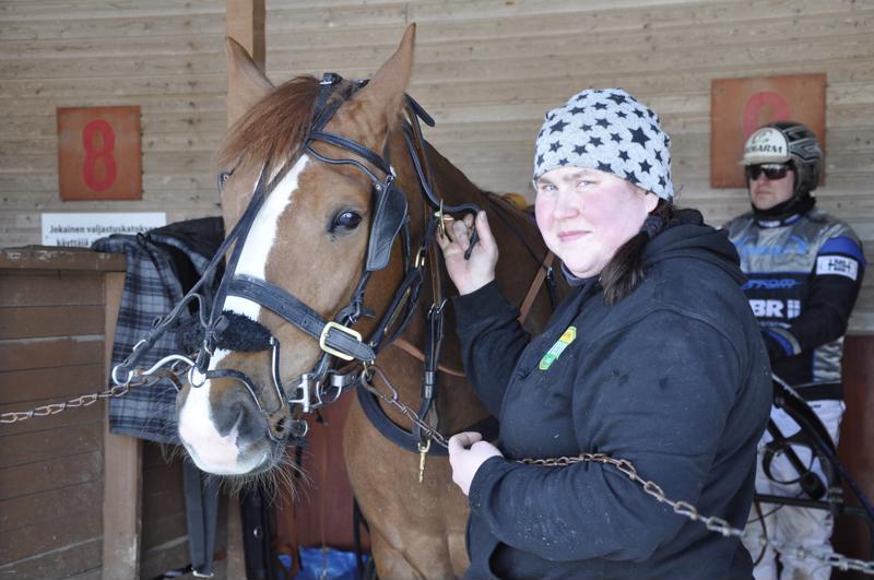 Perholaislähtöinen Marika Salin valittiin Vuoden hevostenhoitajaksi viime vuonna.  Nyt hän hoitaa hevosia Antti Ojanperän ja Jutta Ihalaisen tallilla Pihtiputaalla. Josveis on yksi tallin mielenkiitoisista suomenhevosista.