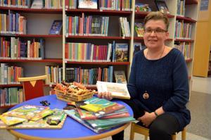 Lastenkirjallisuuden asiantuntija, dosentti Päivi Heikkilä-Halttunen luennoi lapselle lukemisen tärkeydestä Kannuksen kirjastossa maanantaina.