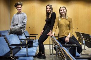 Miko Kylmä, Martta Leipälä (kesk.) ja Lina Pelo puhuivat itsensä finaaliin yhdeksäsluokkalaisten puhetaitokilpailussa Kokkolassa torstaina.
