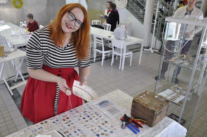 Jenni Kaustinen pelastaa vanhat posliiniastiat uusiokäyttöön.