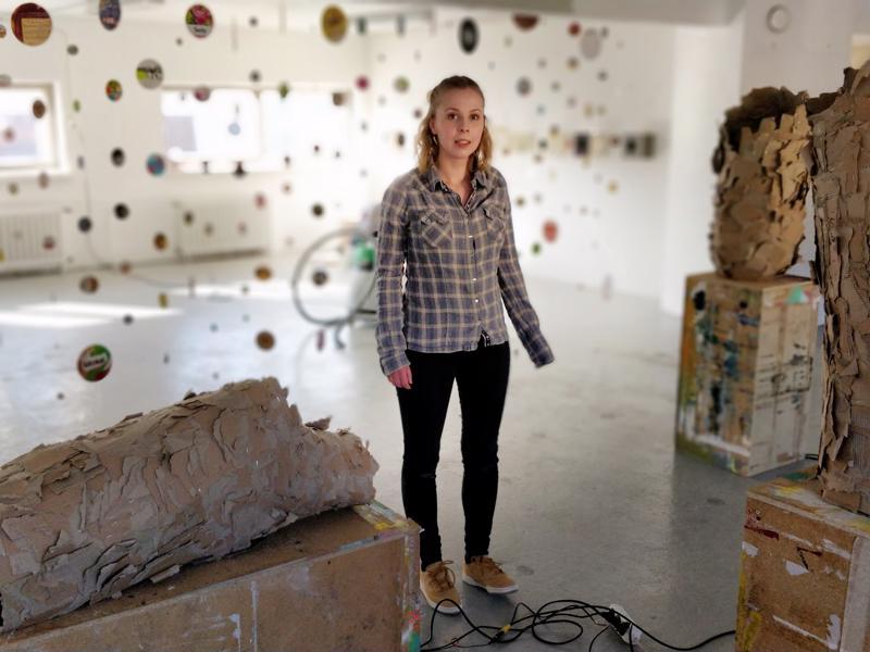 Emilia Nurmivaara repi pahvia, kokosi palaset toiseen  muotoon ja järjestykseen.