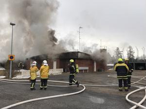 Kälviän tulipalon sammutukseen osallistui yksiköitä Kälviältä, Kokkolasta, Lohtajalta ja Kannuksesta.