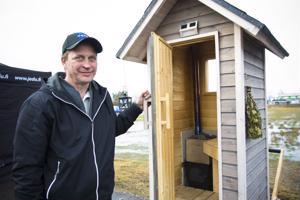 Pasi Keskisarjan mukaan maailman pienin sauna tarjoaa hyvät löylyt. Kiukaaseen mahtuu 15-senttisiä puita ja sauna lämpenee vartissa.